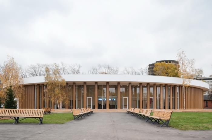 Немногие знают, что здание временного павильона культурного центра «Гараж» в Москве было построено 2012 году по проекту Сигэру Бана. Колонны сделаны из картона, покрытого лаком. /Фото:shigerubanarchitects.com