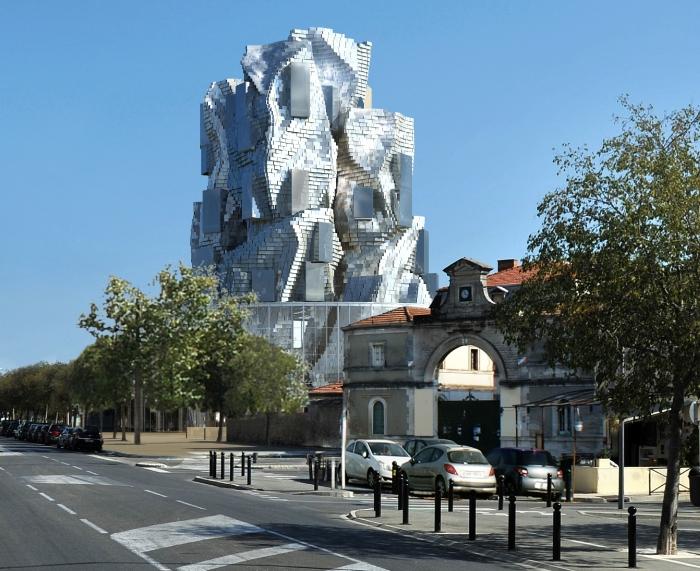 На создание этого металлического дерева архитектора вдохновили местные горы и... Ван Гог. /Фото:Gehry Partners