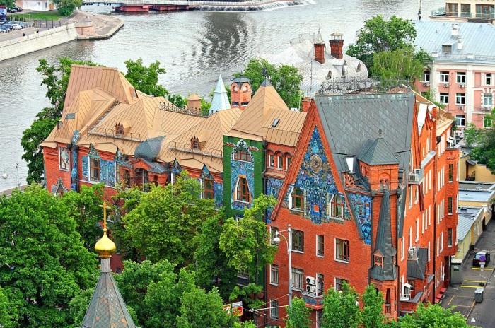 Дом словно попал в современный мегаполис из сказки. /Фото:kelohouse.ru