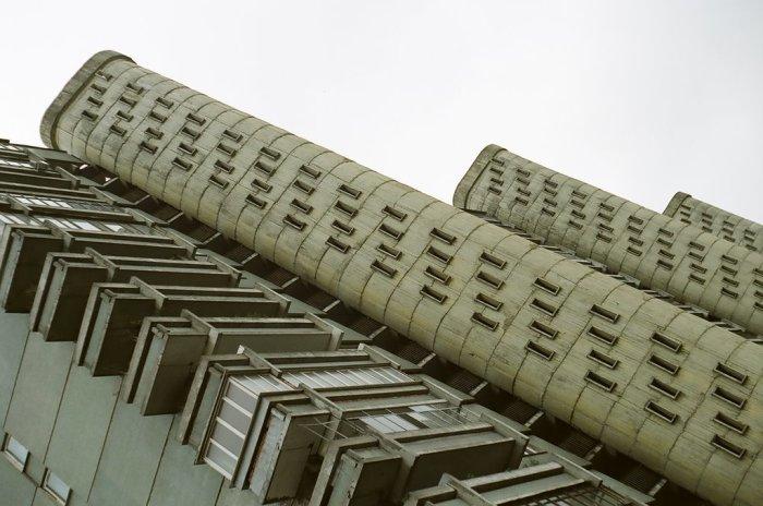 Башни подъездов внешне очень оригинальны и чем-то напоминают бойницы. /Фото:mapio.net