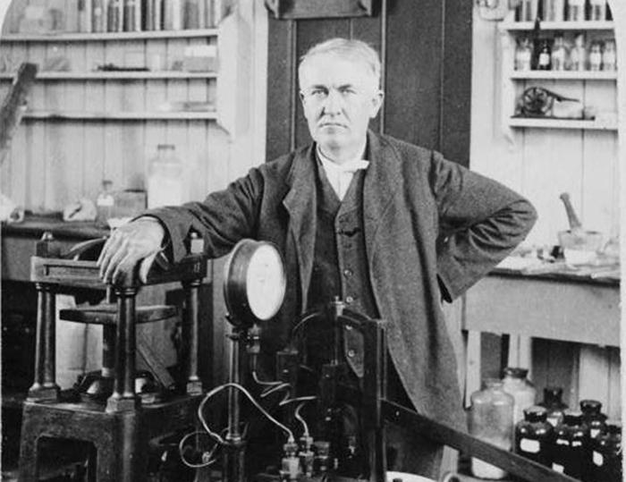 Томас Эдисон был сторонником использования постоянного тока и вел давнюю «научную войну» с Николой Теслой. Убийство Топси стало поводом для Эдисона лишний раз продемонстрировать свою правоту.