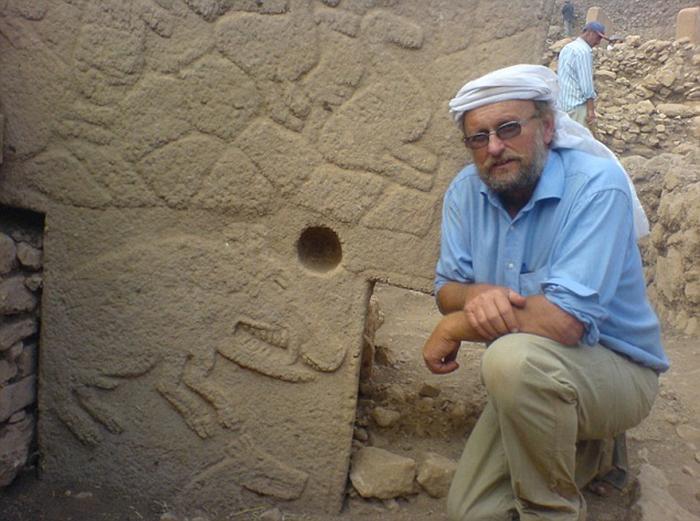 Профессор К. Шмидт (1953-2014) был уверен, что данное строение слишком масштабно для людей каменного века и требовало наличия как минимум полтысячи строителей. /Фото:blogspot.com