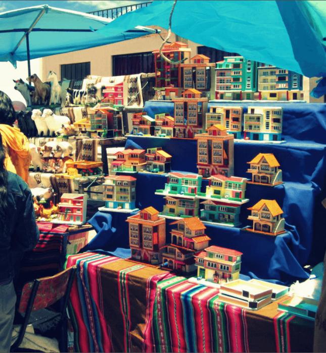 Архитектурные миниатюры на ярмарке Alasitas в Ла-Пасе. /Фото:nineteensixtyeight.com