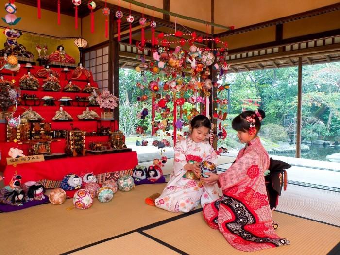 Девочки во время праздника Хинамацури (День кукол). /Фото:medium.com