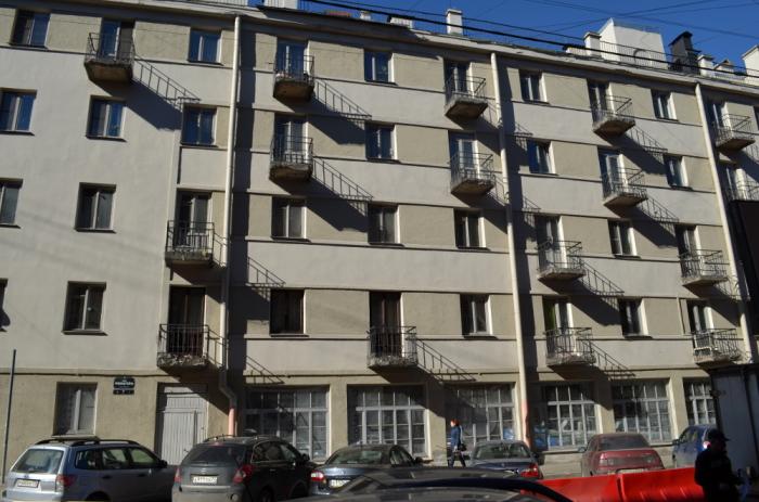 2014 год: фасад дома после косметического ремонта, балконы - все еще старые и аварийные. /Фото:palmernw.ru М.Гуминенко