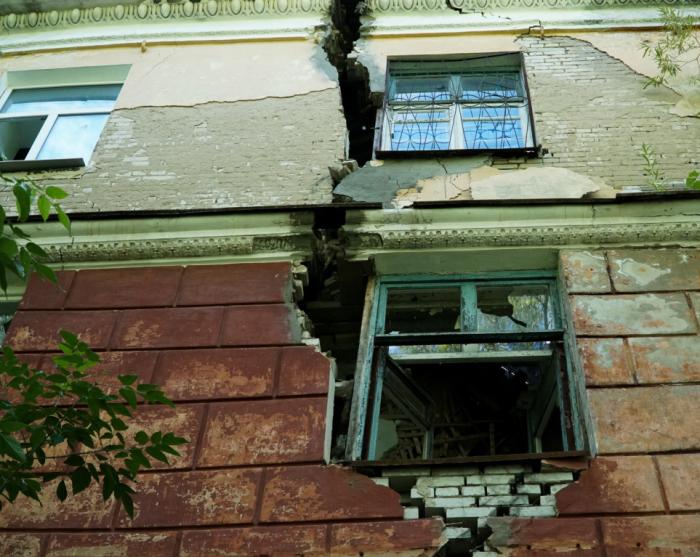 Дома покрываются гигантскими трещинами./Фото:m.59.ru