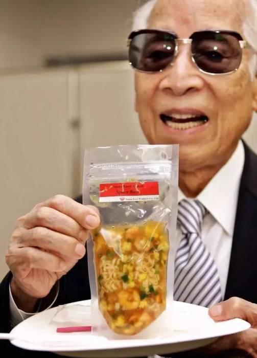 Момофуку в преклонном возрасте демонстрирует свое изобретение. /Фото:aboluowang.com