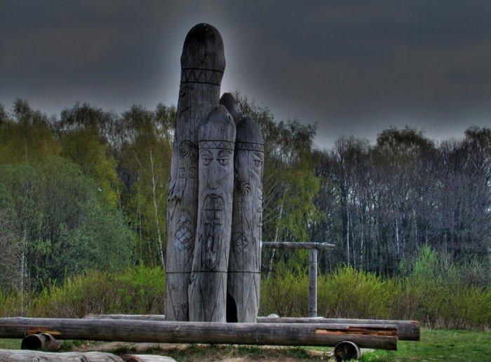 Деревянные идолы навевают мрачные мысли и невероятные домыслы. /Фото:panoramio.com