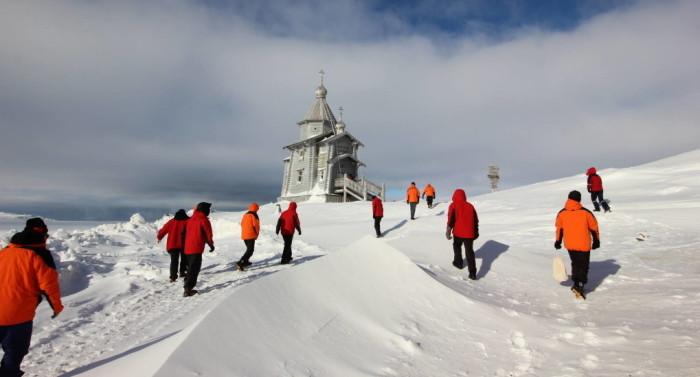 Храм срубили на Алтае из кедра и лиственницы и доставили в Антарктиду на научно-исследовательском судне. /Фото: Диакон Максим Герб