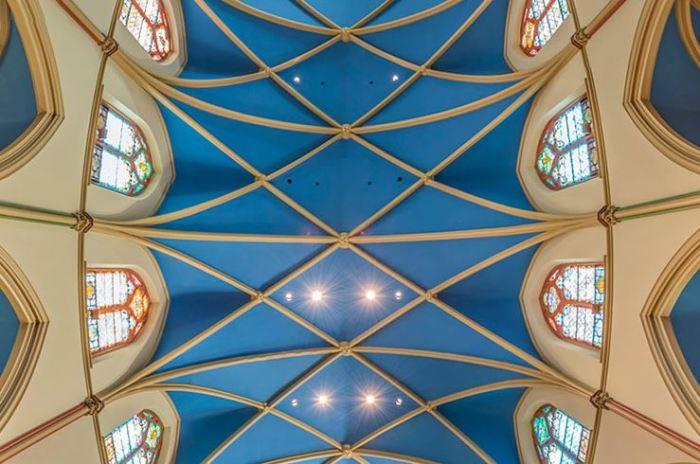 Фрагмент вертикальной панорамной фотографии, сделанной в церкви Святой Моники.