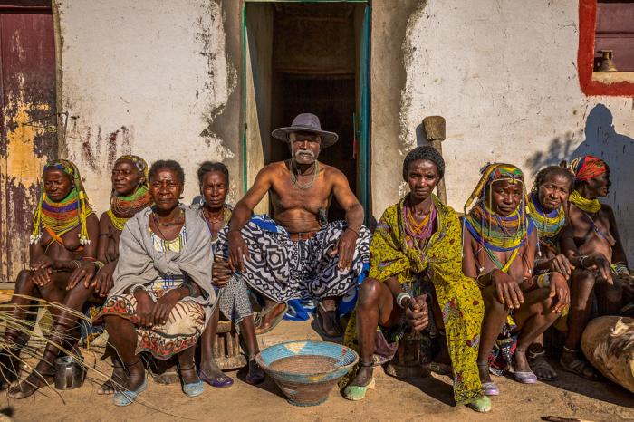 Вождь племени со своими женами. /Фото:Tariq Zaidi / ZUMA Press