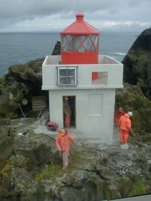 Обслуживание маяка. /Фото:ngvarhreinsson