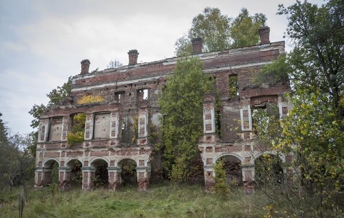 Усадьба, которая стоит совсем рядом, тоже заброшена и полуразрушена. /Фото:meridian28.com