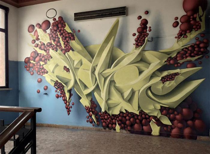 Оформление стены внутри здания.