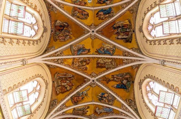 Потолок собора в Мумбаи. Фрагмент вертикальной панорамной фотографии.