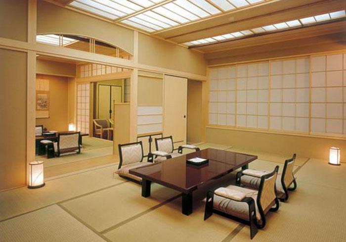 Сейчас здесь очень современно, но явно ощущается японский колорит.