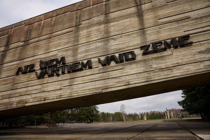В честь погибших детей и взрослых после войны открыли мемориал. /Фото:.twimg.com