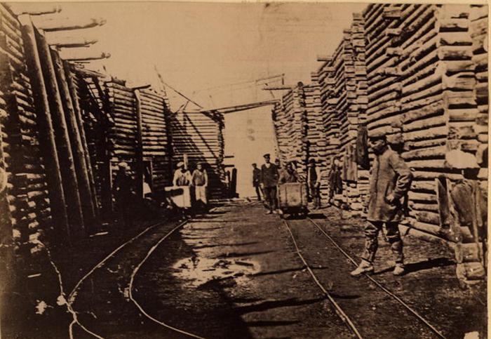 Каторжники на откатке угля. /Фото:
