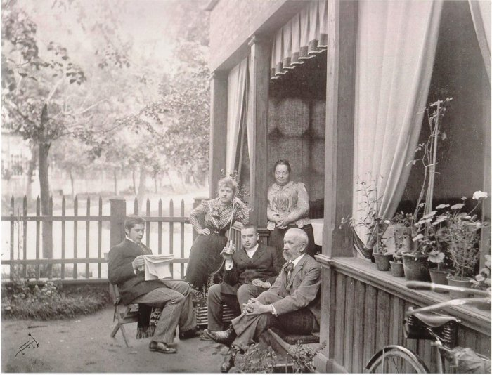 Семья художника К. Сомова на даче в Павловске 1892 г. /Фото:slavikap.livejournal.com