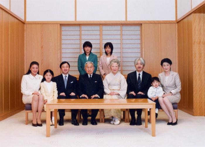 Большая императорская семья (фото сделано 10 лет назад). В центре - действующий правитель с супругой. По правую руку от него - преемник. /Фото:mainichi.jp