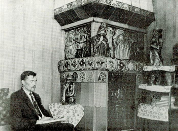 Ваулин в усадьбе Мамонтова на фоне образцов майолики.
