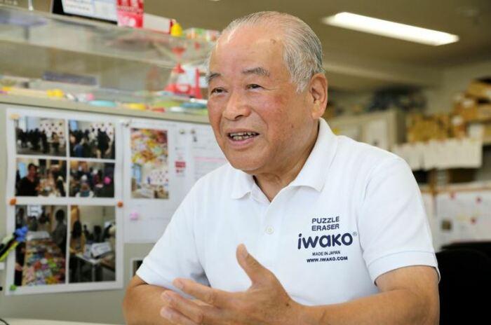 Директор фабрики ластиков, который невольно стал законодателем моды на этот канцелярский предмет. /Фото: nippon.com