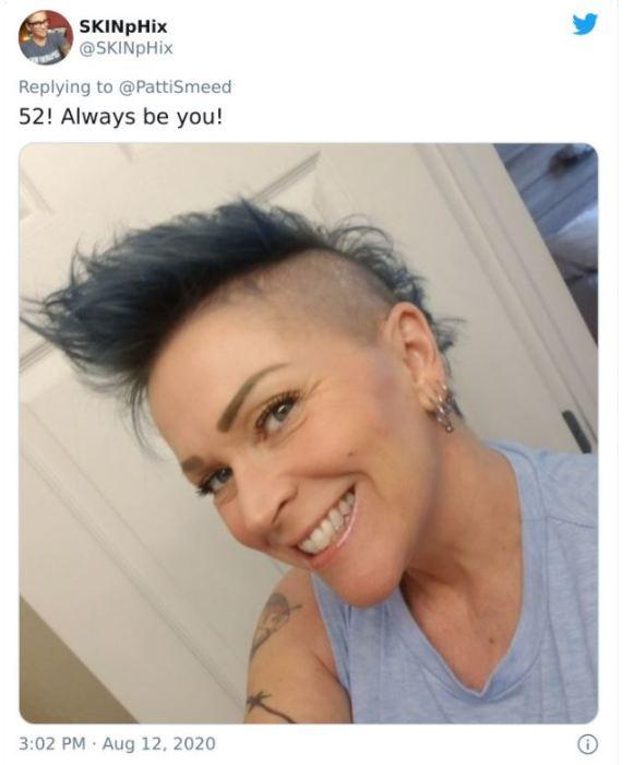 Этой модной женщине тоже 52 и она рекомендует не смотреть на мнение общества, а всегда оставаться собой.