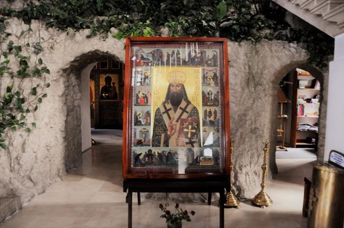 Икона Тихона Задонского в нижней части храма. /Фото: прогулки-по.рф