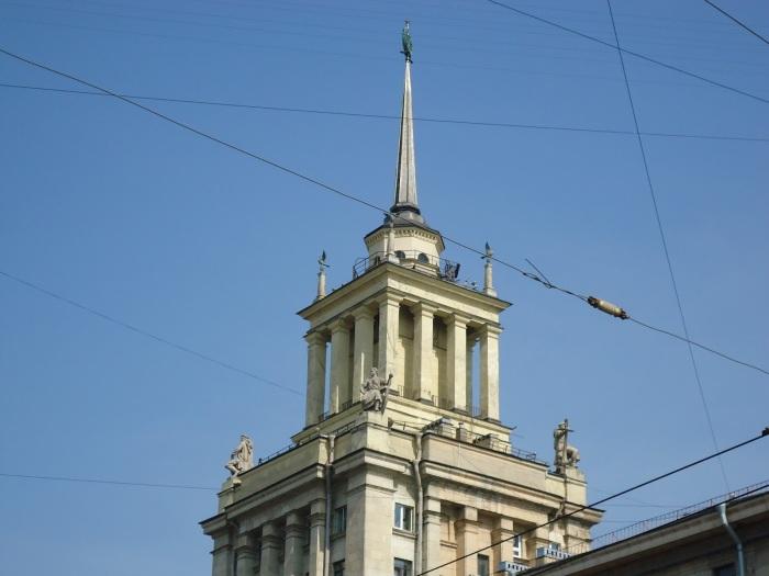 Именно шпиль делает дом таким запоминающимся и визуально высоким. /Фото:bkn.ru