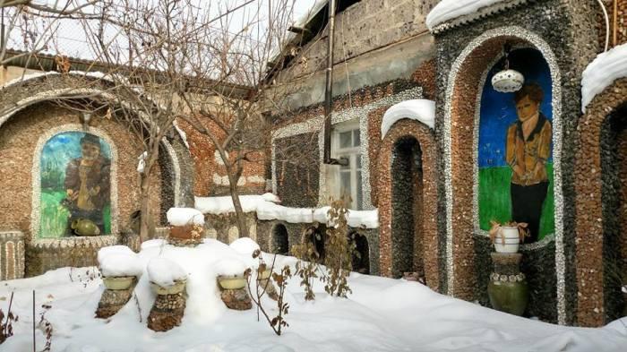Стены дома тоже украсил Левон. /Фото со страницы музея в Facebook