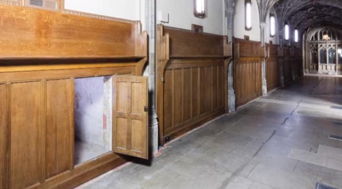 Потайная дверь в декоративной панели. /Фото: Британский парламент