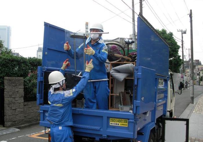 При сборе мусора соблюдаются все меры предосторожности./ Фото: ogawa-syoukai.co.jp
