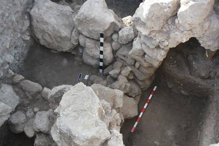 Вход в помещение, вырубленное в скале. /Фото:archaeolog.ru