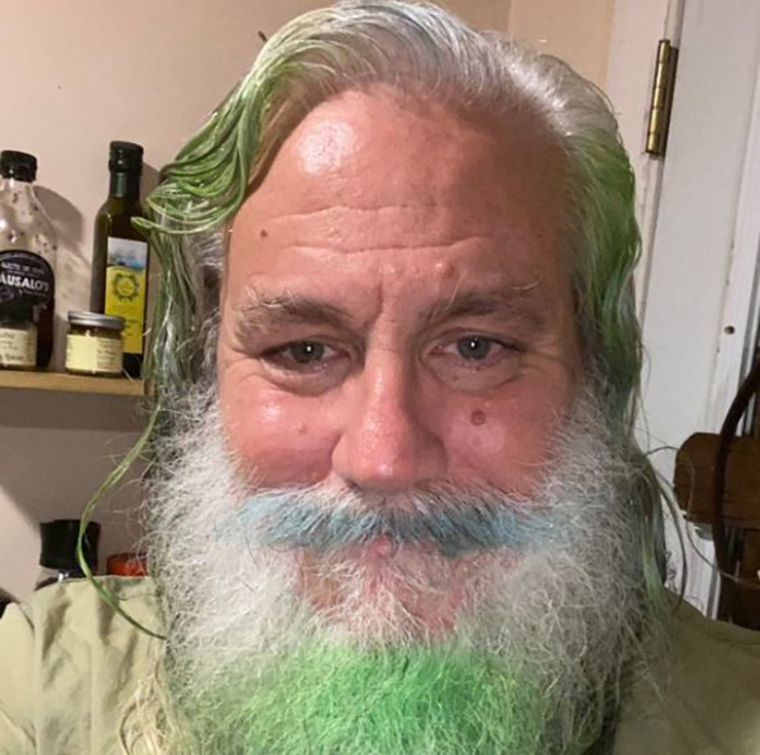Дедушка выложил в интернете свое фото, пояснив, что видит свои волосы и бороду именно в такой цветовой гамме, и ему так комфортно.