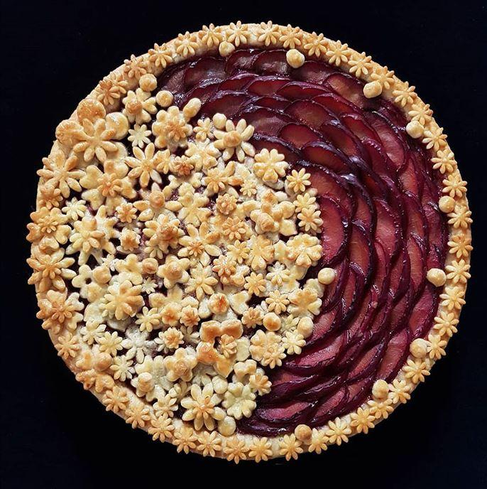Пирог, похожий на декоративную тарелку.