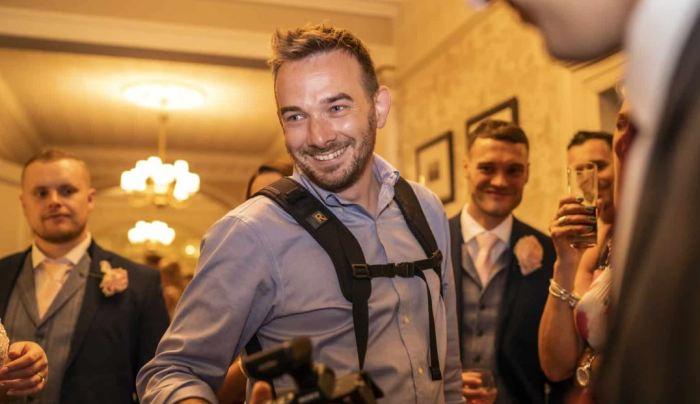 К профессии свадебного фотографа Крис пришел через работу в Макдаке и в полиции