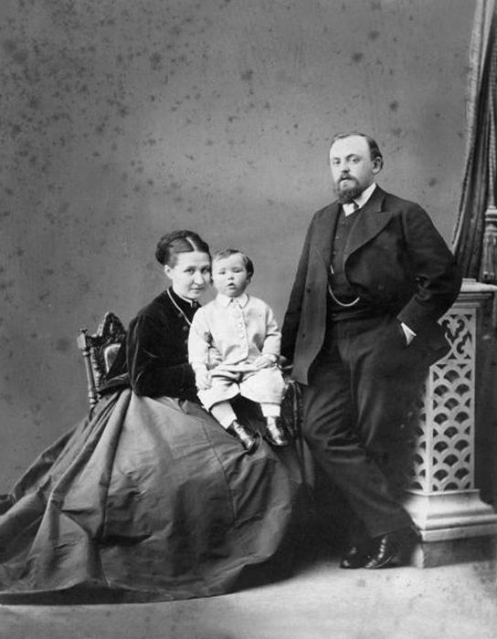 Савва Мамонтов с женой и сыном. /Фото:centrmamontovoi.ru