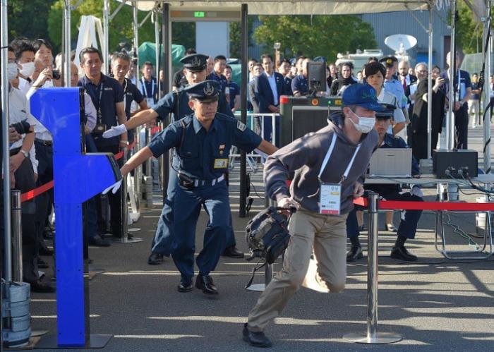 Тренировка по задержанию преступника, который согласно сценарию, пытался пройти на олимпийский объект по поддельному удостоверению журналиста. /Фото:mainichi.jp