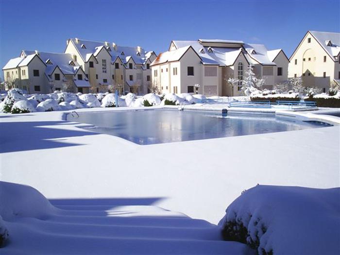 Здесь можно поностальгировать по Франции или Швейцарии. /Фото:ofir-tours.com.ua озеро