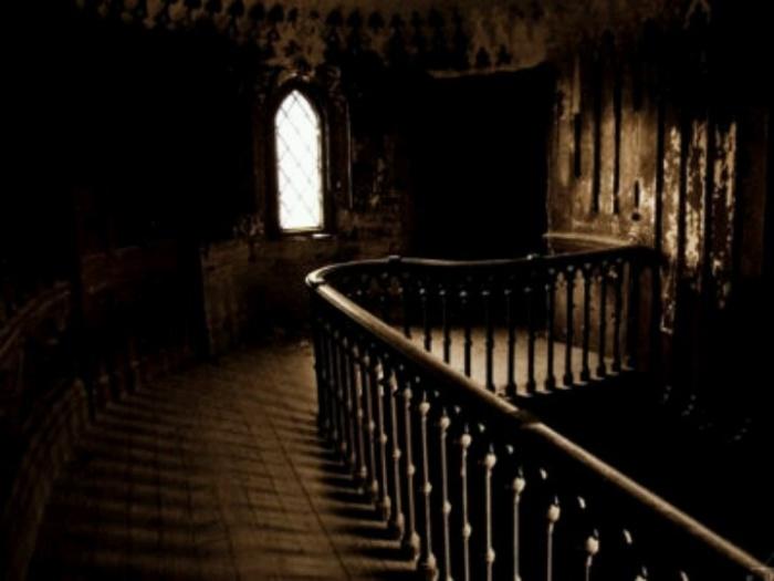 Замок породил немало жутковатых легенд. /Фото:pinimg.com