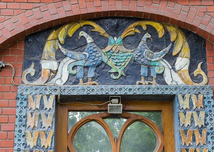 Дом украшает множество мифических животных и птиц. /Фото:life-trip.ru