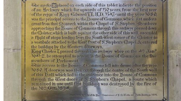 Медная табличка. /Фото: Британский парламент