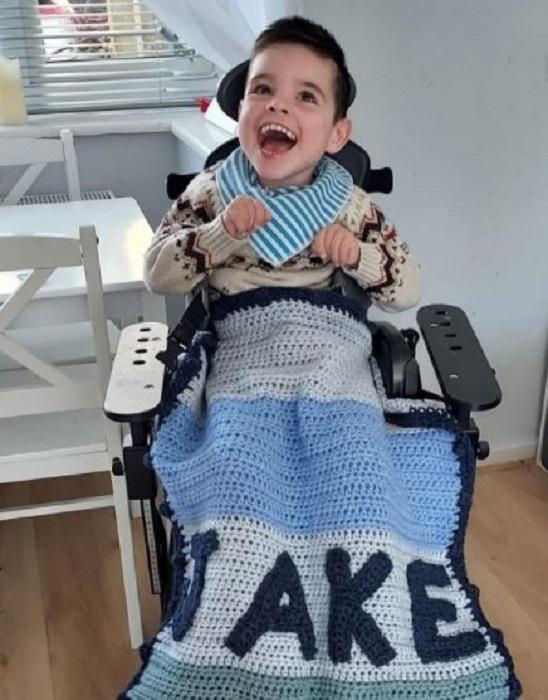 Плед для малыша-инвалида. /Фото:@madewithlovebytomdaley, Instagram