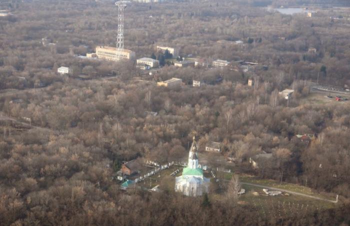 В этой пустынной местности православный храм смотрится как напоминание о той, прежней жизни - до страшной аварии. /Фото:pripyat.com
