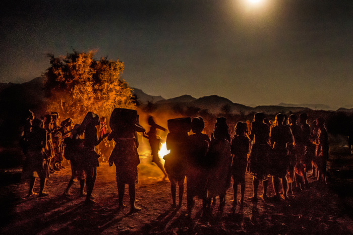 Ритуальный танец племени у костра. /Tariq Zaidi / ZUMA Press