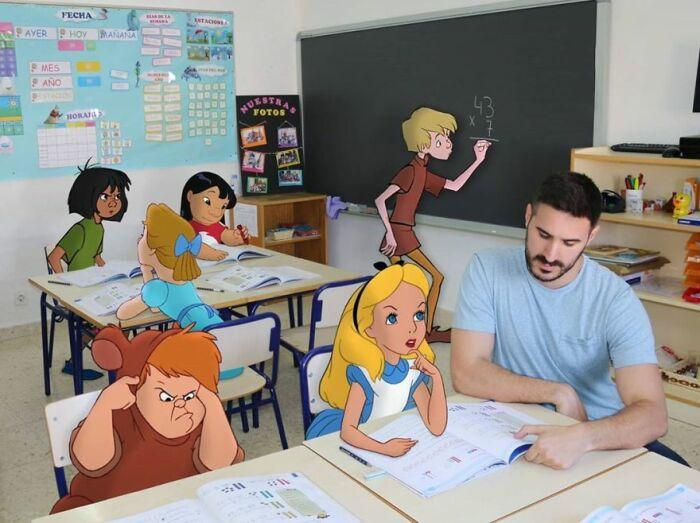 В мультяшной жизни учитель Сэмюэль помогает на уроке Алисе.