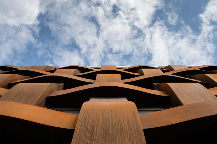 Необычный ракурс здания, которое архитектор построил в Питере. /Фото: Илья Иванов