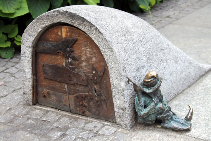 Спящий гном-стражник. /Фото:yandex.net
