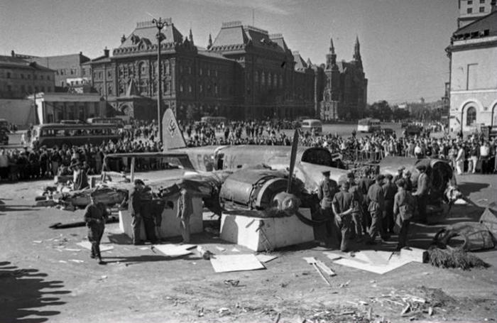 Сбитый немецкий самолет в центре столицы, на площади Свердлова. /Фото:zvezdaweekly.ru