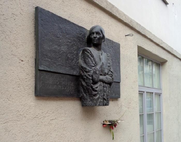 Мемориальная доска в честь Ольги Берггольц на стене дома. / Фото:Фото:palmernw.ru, М.Гуминенко